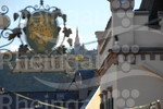 In der Rüdesheimer Altstadt mit Blick auf die Rochuskapelle